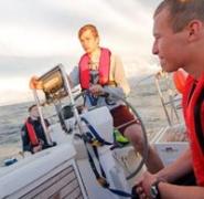 Żeglarz za sterem po Morzu Bałtyckim