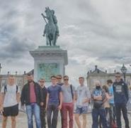 Żeglarze przed pomnikiem