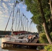 jachty-zacumowane-w-porcie-mazurskim-2020