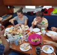 30-wyspy-kanarysjkie-jedzenie-posilku-przez-zeglarzy