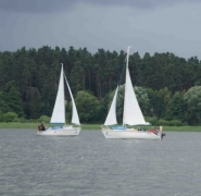 Pływające dwa jachty na Mazurach