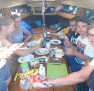 śniadanie na obozie żeglarskim dla dzieci