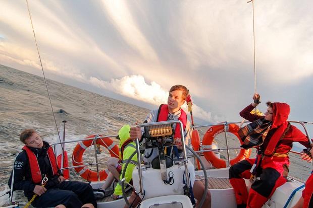 sterowanie jachtem na morzu