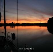 Żeglowanie w zachodzącym słońcu - Mazury 2009