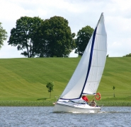jacht twister 800n na wodzie z wiatrem