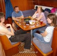 Żeglarze w kabinie jachtu