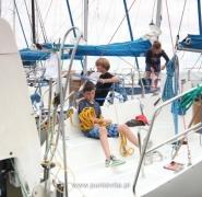 Dzieci na pokładzie jachtu na przystani