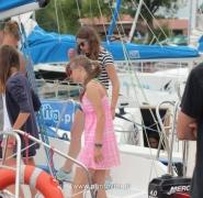 Dzieci na pokładzie żaglówki