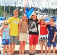 Dzieci na tle jachtów