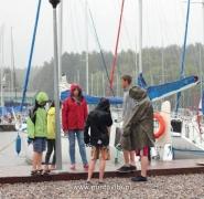Ekipa żaglówki w czasie deszczu