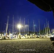 Flota jachtów w świetle latarni
