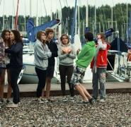 Grupy młodzieży na przystani