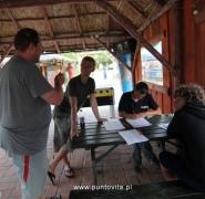 Instruktorzy żeglarstwa w altanie