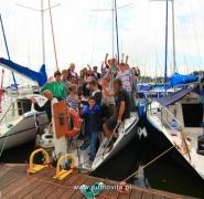 Uczestnicy rejsu na pokładzie jachtu