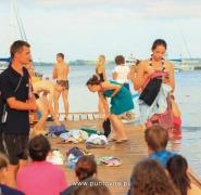 Młodzież po kąpieli w jeziorze