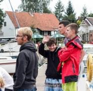 Młodzież na przystani przed rejsem
