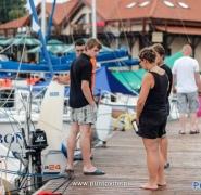Młodzież w bazie jachtów na Mazurach