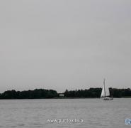 Żaglówki na mazurskim jeziorze