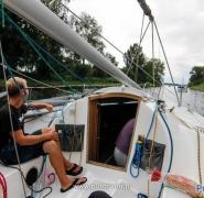 Żeglowanie jachtem przez kanał