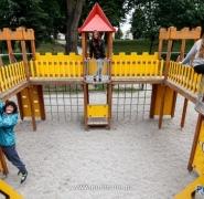 Dzieci na placu zabaw Mazury