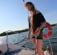 Młoda żeglarka na Mazurach