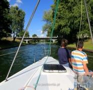 Młodzi żeglarze na rufie